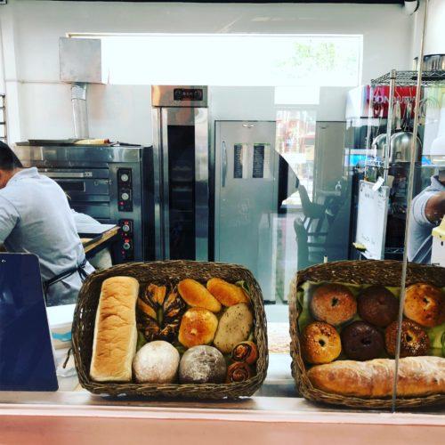レストランでは自家製のパンが人気