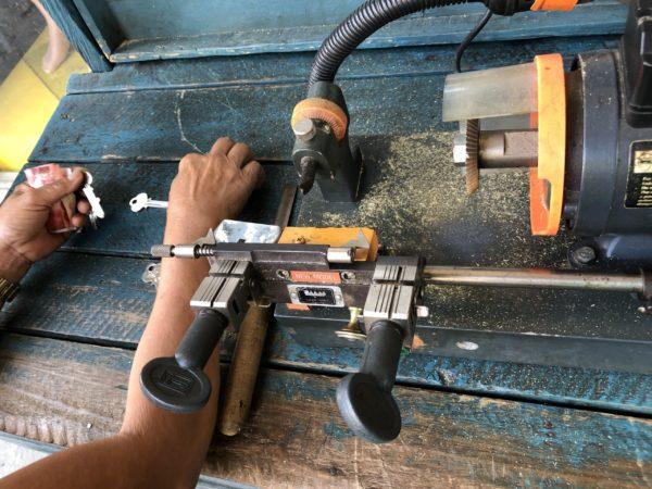 フィリピンのカギ職人が予備の鍵を作る