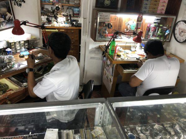 フィリピン・ドゥマゲテで腕時計の修理をする