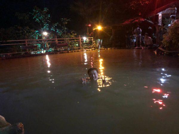 夜のレッドロック温泉。ドゥマゲッティ。