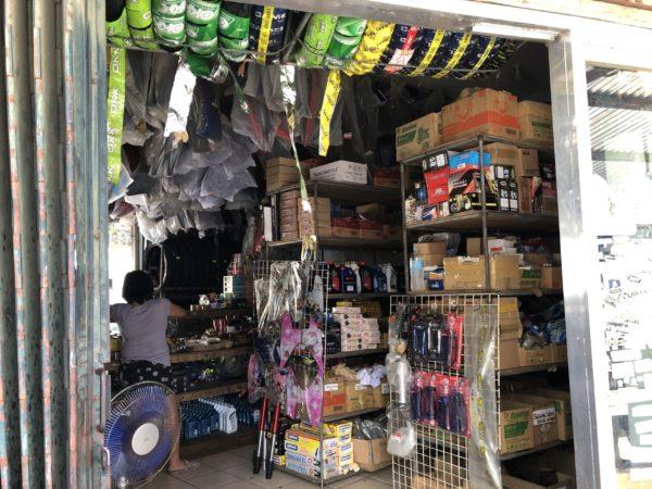 フィリピンのバイク部品店。結構カオスな店内。