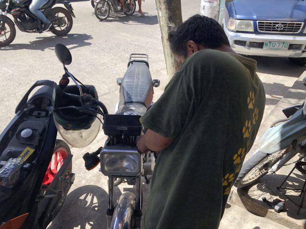 フィリピンでウィンカーの修理をする