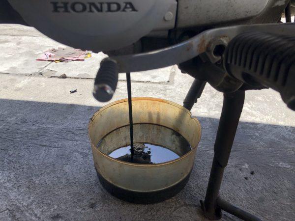 エンジンオイル交換。真っ黒。