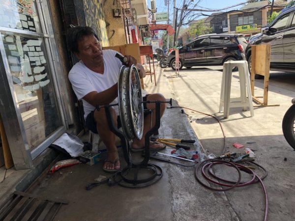 フィリピンのバイク修理屋