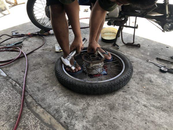 フィリピン・ドゥマゲッティのバイク屋がタイヤの修理中