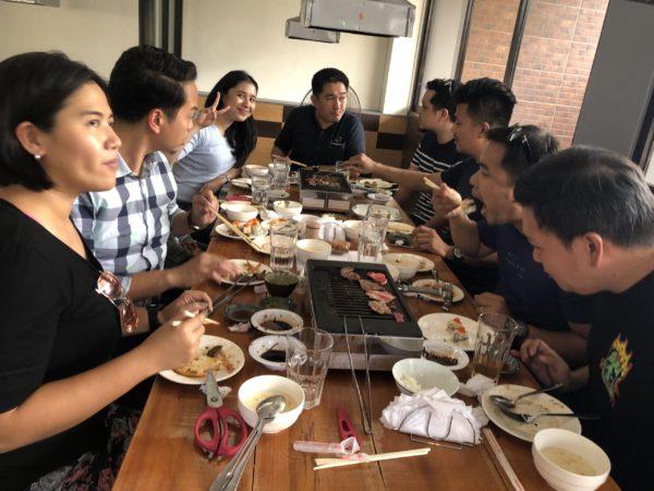 フィリピン人のファミリーも焼肉を楽しむ