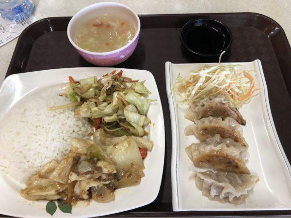 日本レストランで餃子とイカの定食を食べた