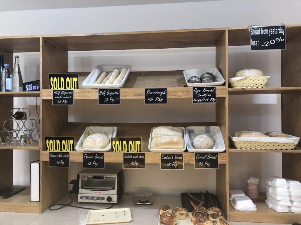 ドゥマゲッティのフランスパン屋さんのショーケース