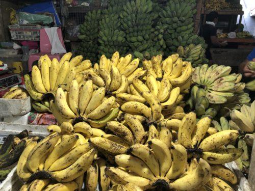ドゥマゲッティの果物市場のバナナ