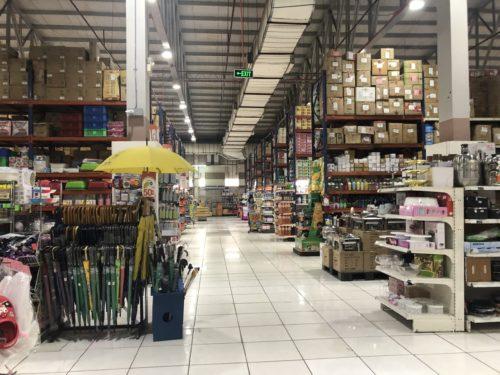 ドゥマゲテのハイパーマート:山積み商品