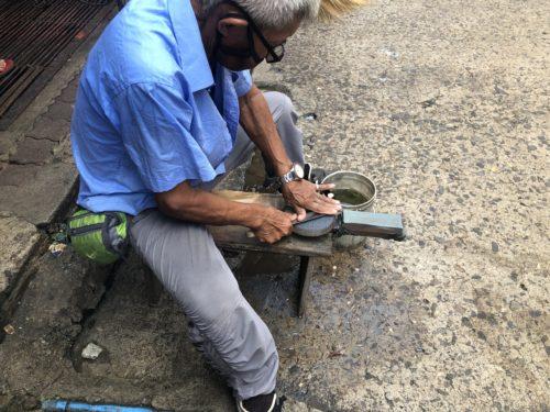 フィリピンの包丁研ぎ職人