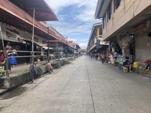 公設市場の通り